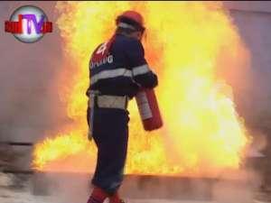"""Cei mai buni pompieri din ţară au """"patinat"""" pe stadionul Areni sub o ploaie continuă"""