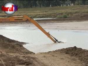 Ample lucrări la digul râului Suceava, pentru protejarea Bazarului de inundaţii