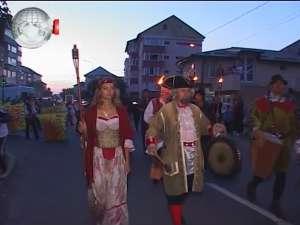 Cavaleri, războinici, stegari şi frumoase domniţe în cea mai lungă paradă medievală din România