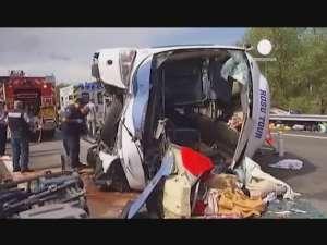 Un autocar închiriat de o firmă din Suceava s-a răsturnat în Franţa. 40 de persoane la spital, peste 30 în stare gravă şi un bebeluş mort