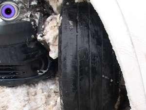 Accident la intrarea în Suceava, după ce un microbuz cu persoane a derapat şi s-a izbit într-un autoturism