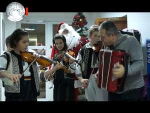 """Grupul vocal-instrumental """"Mugurelul"""" din Şcheia a colindat ieri redacţia Monitorului de Suceava"""