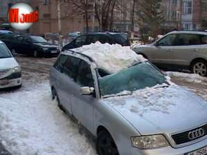 Două maşini avariate de zăpada căzută de pe un bloc, în centrul Sucevei