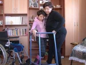 Merge singură cu ajutorul unui cadru metalic, după ce 15 ani a stat ţintuită într-un scaun cu rotile
