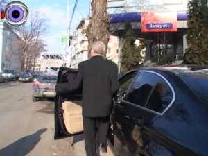 Trotuarele din preajma parcărilor subterane, blocate de maşinile parcate ilegal