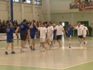 Foștii handbaliști ai Sucevei au făcut spectacol pe teren într-o acțiune caritabilă