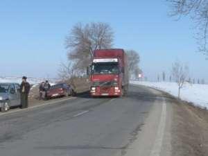 Tamponare în lanţ, cu bucăţi din maşini sărite pe o sută de metri, la ieşirea din Suceava spre Fălticeni