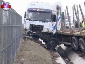 Accident în lanţ pe DN 2, la ieşirea din Suceava, provocat de un autotractor scăpat de sub control
