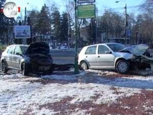 Accident violent în intersecţia din faţa Primăriei, după ce un taxi cu cauciucuri de vară s-a izbit într-un VW