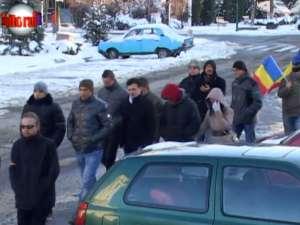 Grup de tineri din Suceava, marş de solidaritate cu eleva batjocorită pentru bentiţa tricoloră