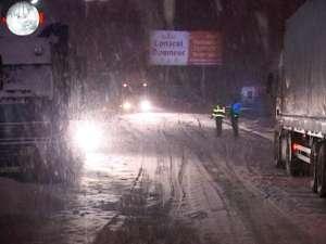 Iarna a lovit din nou: tiruri blocate pe şoseaua de centură, la Şcheia