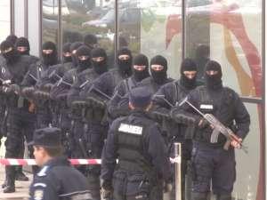 """Jandarmii au """"golit"""" mall-ul cu împuşcături, bătăi şi câini dresaţi"""