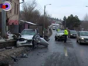 Un tânăr în spital şi două maşini distruse, în urma imprudenţei unei şoferiţe
