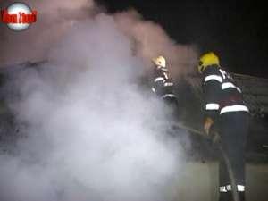 Un incendiu de mari proporţii a făcut prăpăd în trei gospodării