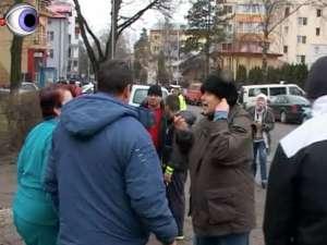 Jandarmii şi poliţiştii, chemaţi să stopeze distrugerea spaţiului verde de pe strada Mărăşeşti