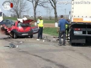 Un bărbat de 51 de ani s-a sinucis izbindu-se cu autoturismul într-un camion