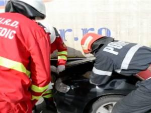 O tânără de 29 de ani a intrat cu maşina sub un camion