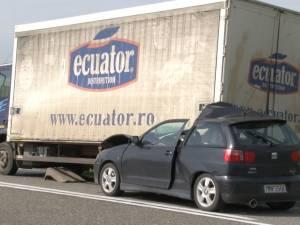 Maşină făcută zob sub un camion. Şoferiţa a ieşit bine mersi, sub privirile suprinse ale pompierilor de la Descarcerare
