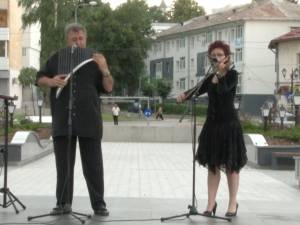 Cafe-concert, printre picături de ploaie, oferit de Ovidiu şi Mihaela Şvarţ