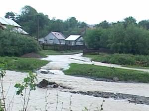 Gospodării inundate şi linii electrice avariate, în urma furtunii de luni după-amiază