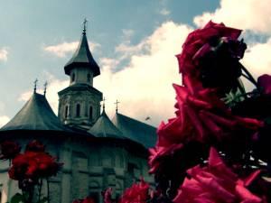 Câteva mii de pelerini l-au sărbătorit ieri pe Sfântul Voievod Ştefan cel Mare, la Mănăstirea Putna