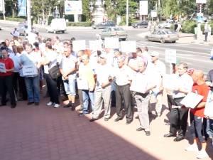 Salariaţii de la Termica au protestat zgomotos în faţa Primăriei Suceava