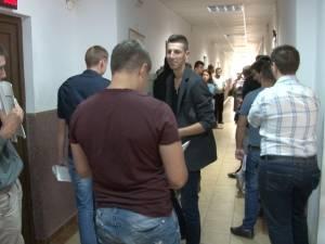 Zeci de tineri se adună zilnic la AJOFM, pentru a-şi depune dosarele de şomaj
