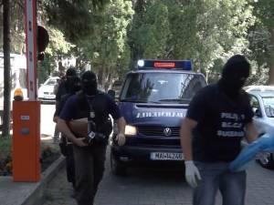 Dealerii de etnobotanice, cu aproape 600 de clienţi numai în municipiul Suceava, săltaţi de ofiţerii Antidrog