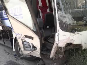Accident cu şapte victime, după ce un autocar a izbit violent un autoturism care vroia să intre la cabana Ilişeşti