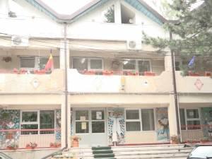 Asistenta medicală de la Creşa Nr. 1 Suceava, acuzată că a dat o fetiţă de un an cu capul de calorifer