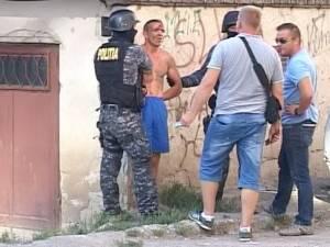 Urmărit naţional, prins cu focuri de armă, după ce a sărit de pe un bloc să scape de poliţie