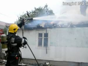 Case distruse de flăcări