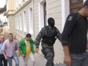 Ultima modă: Contrabandiști înarmați, îmbrăcați în grăniceri ucraineni, supraveghează  echipajele Poliției de Frontieră