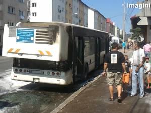 Un autobuz TPL a luat foc la plecarea în cursă, din staţia de la Gara Burdujeni