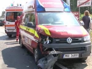Ambulanţă SMURD care transporta un bolnav, implicată într-un accident după ce un şofer i-a tăiat calea