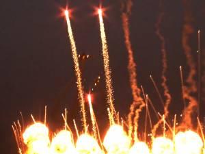 Acrobaţii spectaculoase printre efecte pirotehnice, la Suceava Air Show 2013