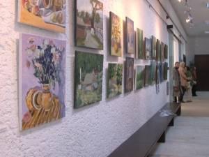 34 de tablouri, semnate de 17 artişti plastici, pe simeze la Palatul Administrativ Suceava