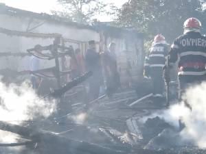 Un incendiu de mari proporţii a mistuit casele a doi fraţi şi hala unei firme de transport