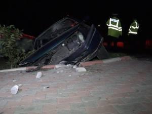 """Un şofer în stare avansată de ebrietate s-a """"înfipt"""" într-un podeţ, la Moara"""