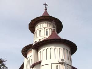 """Sute de credincioşi au participat ieri la sfinţirea Bisericii Militare """"Sf. Ierarh Iosif cel Nou de la Partoş"""" din Suceava"""