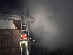 Incendiu violent, în noapte, provocat de o mână criminală, la Şcheia