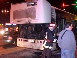 Un autobuz TPL a luat foc în trafic, la semaforul de la Shoping City Suceava