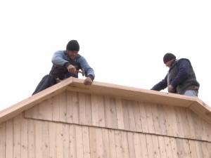 Un preot, un primar şi zeci de voluntari au ridicat în trei săptămâni două case mistuite de incendii