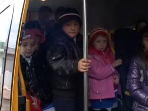 Peste 30 de elevi de gimnaziu, ticsiţi zilnic într-un microbuz microbuzul şcolar de 16 locuri