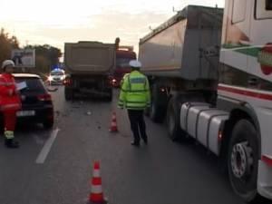 Şoferul unui VW, rănit după ce s-a izbit violent într-un autotren