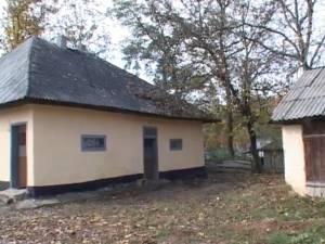 Casa primului învăţător din Hârtop, construită înainte de 1900, serveşte drept şcoală pentru zeci de elevi