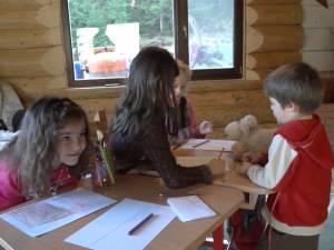 Patru elevi din Dârmoxa învaţă în casa învăţătoarei din sat