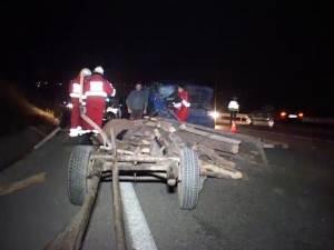 Căruţă făcută bucăţi de un autoturism Mercedes. Un bărbat a fost transportat în comă la spital