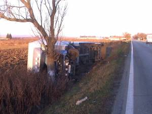 Un autotren intrat în depăşire a lovit două autoturisme şi s-a răsturnat