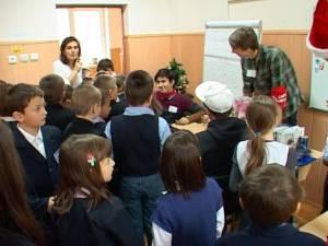 """Târg de Crăciun organizat, în scop caritabil, de Clubul de voluntariat al Colegiului """"Petru Rareş"""", la Şcoala Gimnazială Nr. 1"""